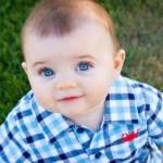 صورة طفل لابس قميص ازرق ولون عينة زرقاء