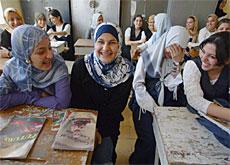بالاضافة الى تحديات التعليم المتوسط التي يتدارسها مؤتمر اليونسكو، <p></p><br>يواجة الطلبة العراقيون بالصورة مشاكل الاحتلال و انعدام المن Keystone Archive)