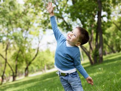 لا تحرم طفلك متعه  وفوائد اللعب فِيِ الطبيعه
