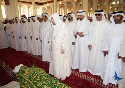 محمد بن راشد و الشيوخ يودون صلاة الجنازة على جثمان الفقيد