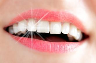 صورة تبيض الاسنان فى المنزل
