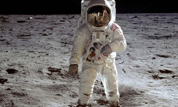 صوره معقول هذا اول رائد فضاء على سطح القمر