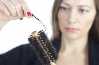 صورة عند الاستحمام وتساقط بعض الشعر عند تدليك الشعر