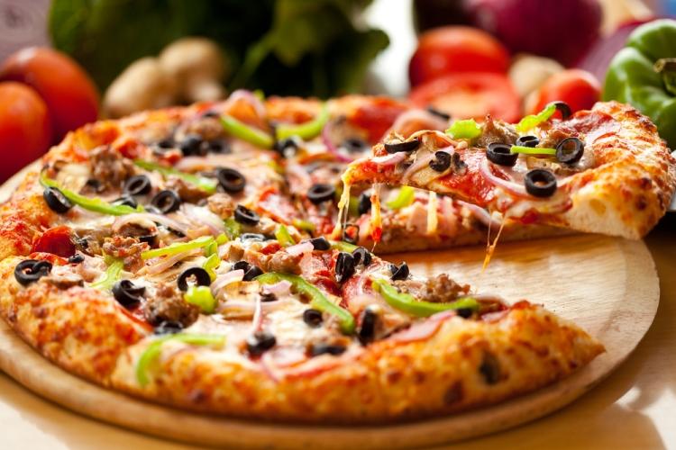 صور كيفية تحضير البيتزا بعجينة 10 دقايق