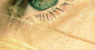 عيون خضراء حزينة