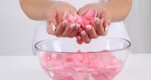 صور فوائد ماء الورد للوجه