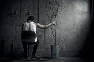 صورة صورة رجل حزين