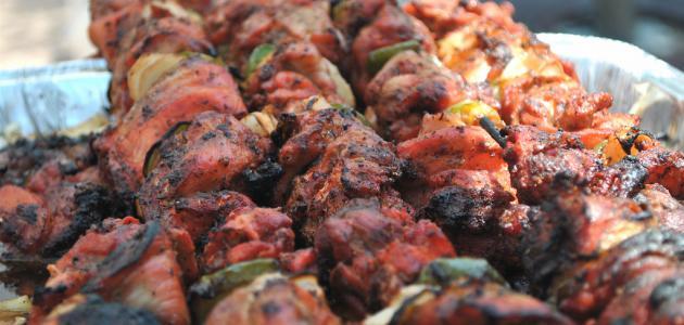 صور طريقة شوي اللحم على الفحم بالصور