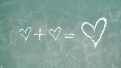صورة كيف تعرف انها تحبك , 10 طرق