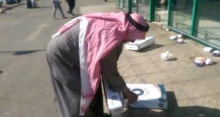 صوره مواطن يرمي الدجاج امام اسواق بنده بعد اكتشافه رائحة غريبة