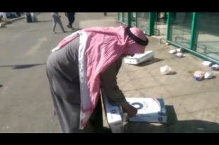 صور مواطن يرمي الدجاج امام اسواق بنده بعد اكتشافه رائحة غريبة