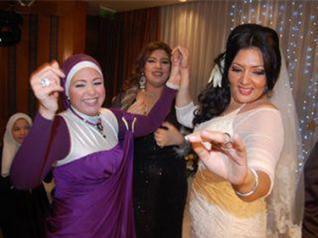 بالصور صور احدث ازياء فساتين الفنانة صابرين الجديدة للمحجبات ، شوفى النجمة الشهيرة بالحجاب الانيق 259140 3